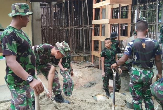 Sambut Bulan Ramadhan Anggota Koramil 01/Bkn Gotong Royong Bersama Warga Masjid di Al-Furqon