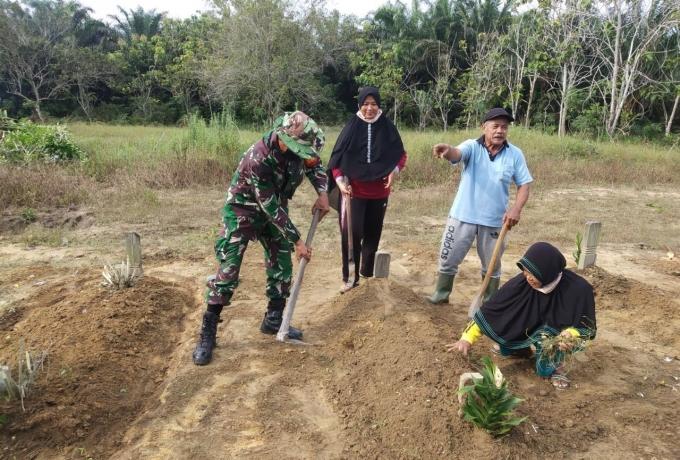 Jelang Ramadhan, Babinsa Koramil 16/Tapung dan Masyarakat Desa Sibuak Bersihkan Makam