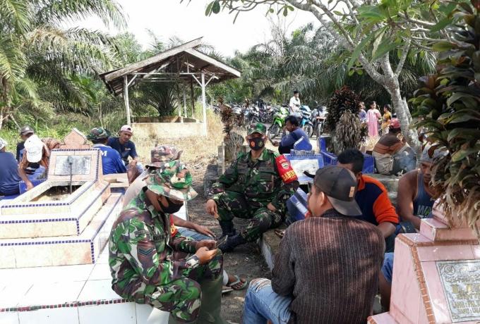 Babinsa Bersama Tokoh Masyarakat, Gotong Royong Membersihkan Tpu