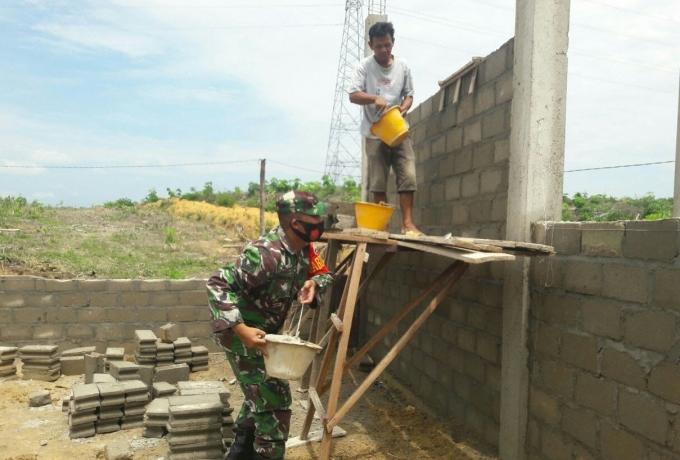 Sertu Ismansyah Ikut Gotong Royong Bangun Rumah Warga Binaan