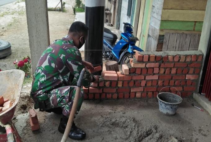 Babinsa Koramil 12/XIII Koto Kampar Gotong Royong Bantu Bangun Rumah Warga