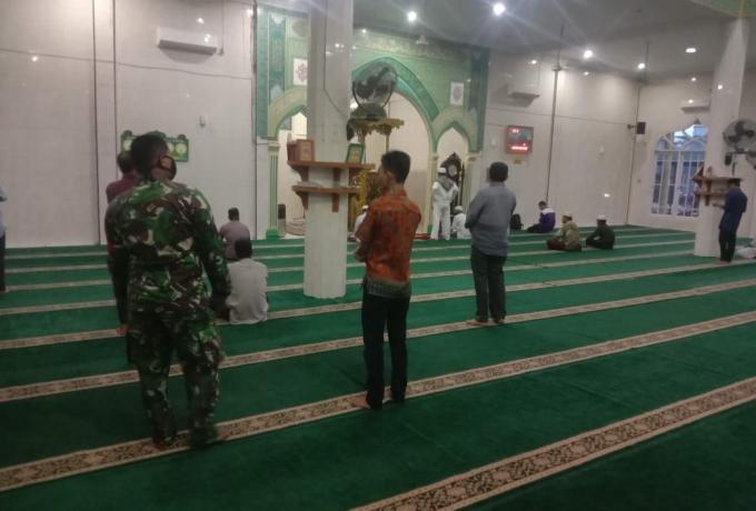 Ciptakan Situasi Yang Kondusif Anggota Koramil 09/Langgam Terapkan Protokol Kesehatan di Masjid