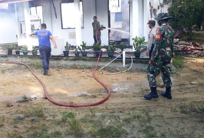 Kebakaran Melanda Sebuah Ruko Warga, Babinsa Koramil 08/Tandun Kodim 0313/KPR Bantu Padamkan Api