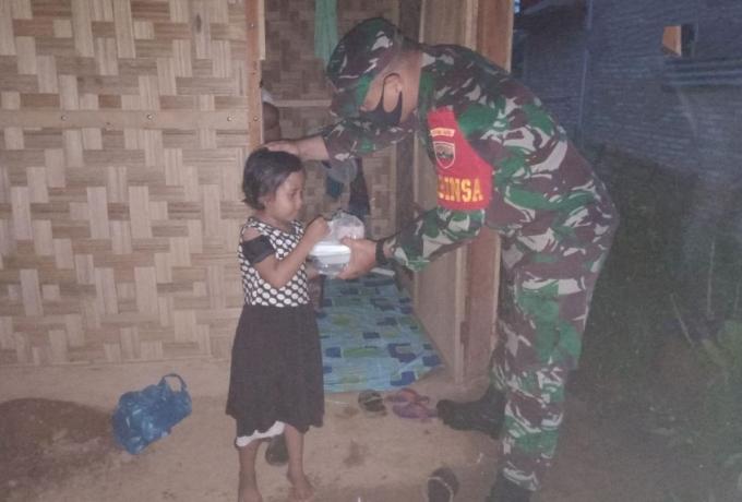 Babinsa Bersama Para Tokoh Serta Pemdes Gelar Buka Bersama dan Berbagi Takjil Kepada Anak Yatim