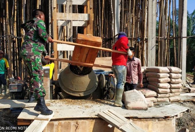 Bukti Manunggal Dengan Rakyat, Babinsa 07/Kampar Bantu Warga Bangun Rumah