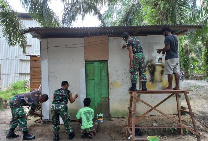 Babinsa Koramil 04/Pkl Kuras Bantu Perbaiki Dan Cat Rumah Warga Tidak Mampu