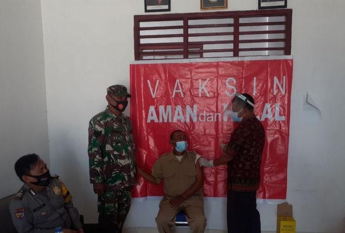 Babinsa dan Bhabinkamtibmas Pantau Vaksinasi di Kantor Desa Pauh Rohul