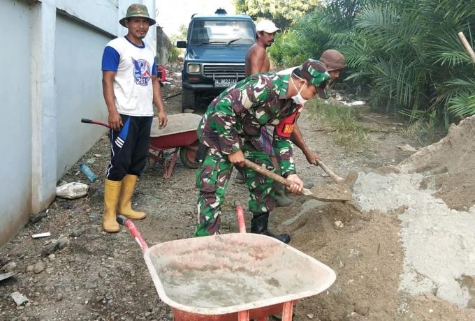Babinsa bersama Warga Kerja Bakti Perbaiki Saluran Air