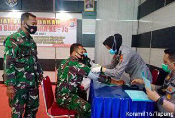 HUT Bhayangkara ke 75, Babinsa Koramil 16/Tapung Ikut Berpastisipasi Donor Darah
