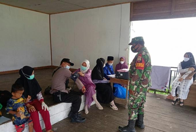 Babinsa Bersama Bhabinkamtibmas Pantau Vaksinasi Terhadap Warga Di Desa Teluk Binjai