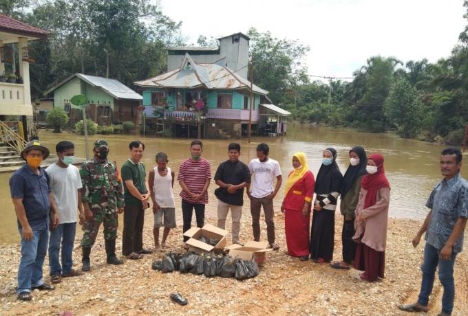 Babinsa Koramil 04/PKL Kuras Bantu Salurkan Bantuan Untuk Korban Banjir