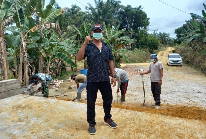 Anggota Satgas TMMD Bersama Masyarakat Goro di Sasaran 6