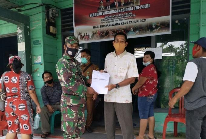 Babinsa Koramil 15/Kuala Kampar Dukung Serbuan Vaksinasi Covid 19 Kepada Warga Teluk Meranti