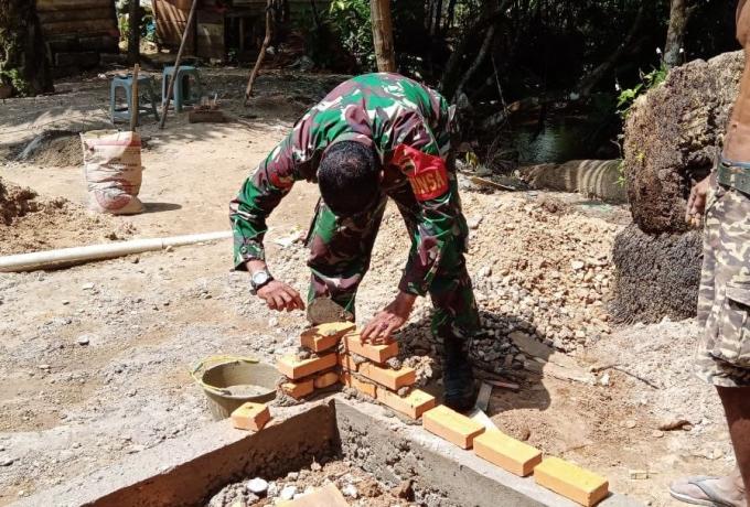 Sukseskan Program Jambanisasi, Babinsa Koto Ranah Bantu Pembangunan MCK