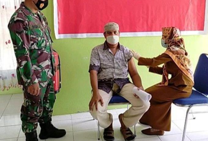 Sertu Dedy Junianto Pantau Jalanya Vaksinasi Bagi Warga di Puskesmas Pagaran Tapah