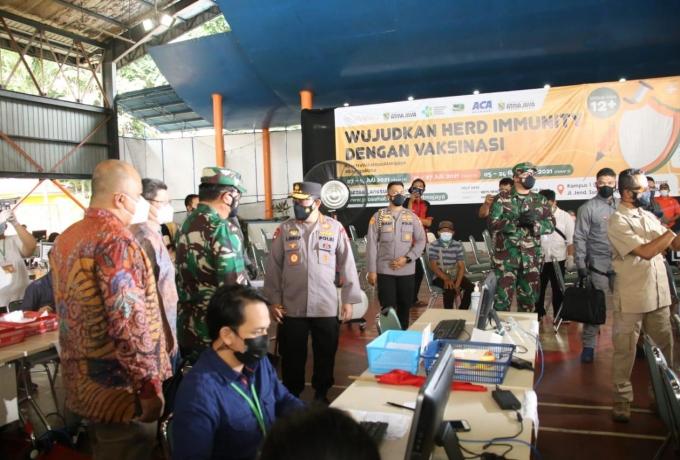 Kapolri Bersama Panglima TNI Tinjau Vaksinasi di Pesantren Minhaajurrosyidiin Jaktim