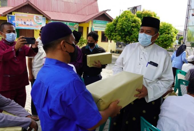 Bupati Alfedri Bersama Kapolres Siak Berikan Bantuan Masker Kepada Seluruh Rumah Ibadah