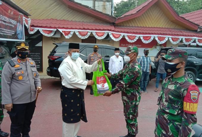 Bupati Alfedri Bersama Kapolres Siak Lepas Pasukan Pendistribusian Bansos Serentak TNI-Polri di Keca