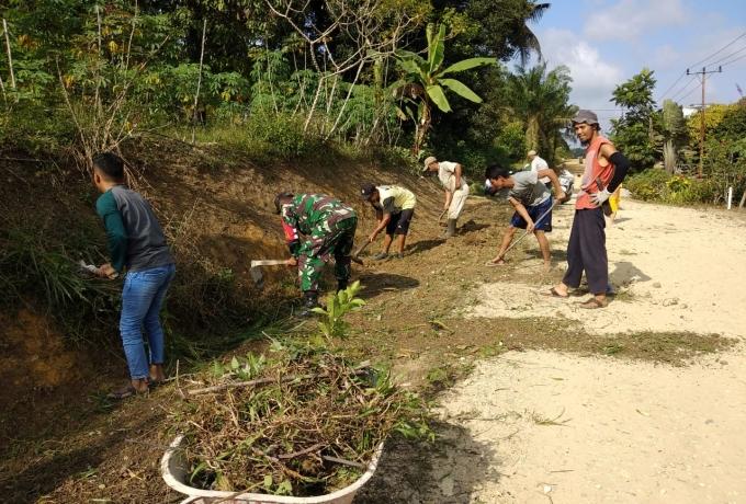 Ciptakan Kebersamaan Babinsa Koramil 09/Langgam, Ajak Warga Peduli Lingkungan