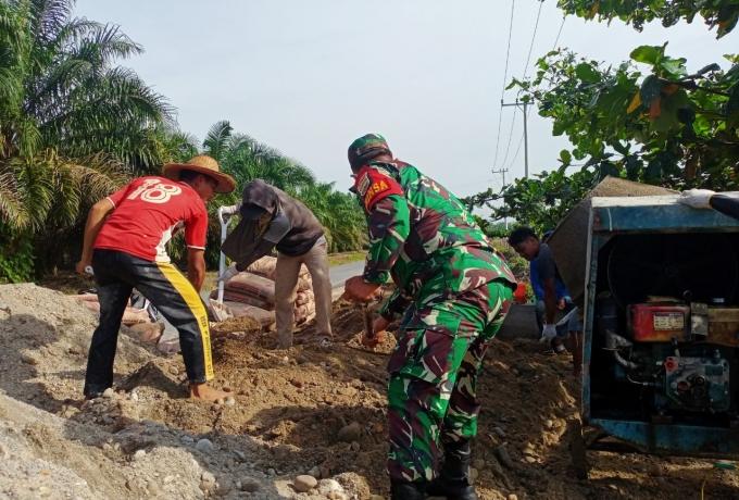 Babinsa Koramil 14/Kepenuhan Goro Bantu Warga Binaanya Bangun Rumah