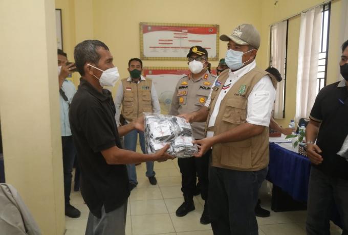 Bupati Siak Alfedri, Bersama Kapolres Sosialisasikan PPKM Level 4 dan Bagikan Masker