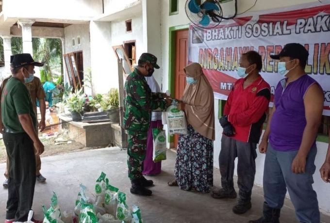 Menyambut HUT RI ke 76, Babinsa Koramil 04/PKL Kuras Bagikan Sembako  Warga Kurang Mampu