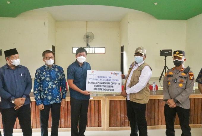 Bupati Alfedri Serahkan 3000 Masker Dari Program CSR, Ke Tiga Kampung Di Kecamatan Sungai Apit