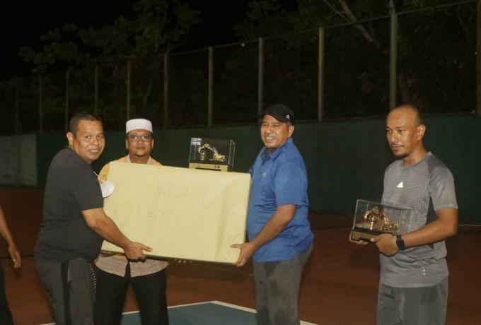 Final Turnamen Tenis PU Tarukim Siak Cup 2021 Pasangan Alfedri Putra Raih Juara Satu