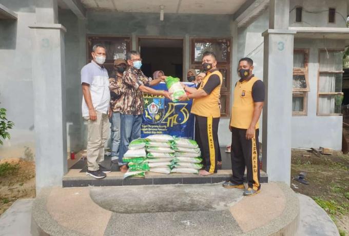Polsek Tapung Berikan Bantuan Sembako Kepada GM FKPPI Desa Ganting dan Purnawirawan