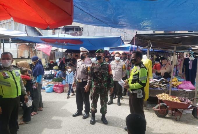 Babinsa Koramil 07/kampar Bersama Bhabinkamtibmas Aksi Bagi Masker kepada Pedagang Pasar