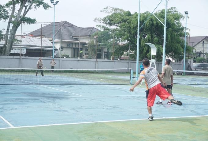 Dandim 0313/KPR Bersama Perwira Staf   Laksanakan Olahraga Tenis Lapangan Jaga Kebugaran Tubuh