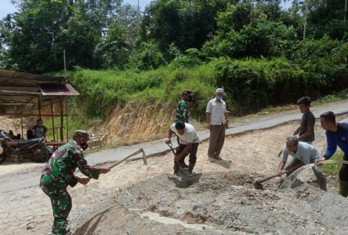 Semangat Gotong Royong Babinsa Dan Bhabinkamtibmas Bersama Warga Perbaiki Jalan Rusak Jalan Desa