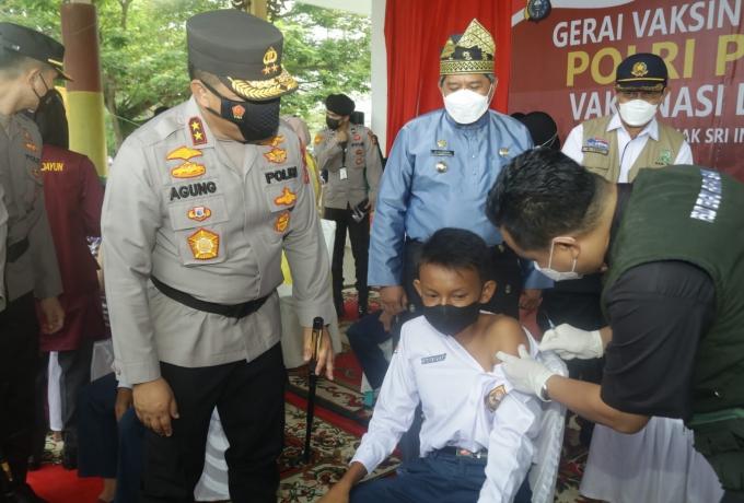 Kapolda Riau Tinjau Vaksinasi Masal Ribuan Pelajar dan Lansia di Siak