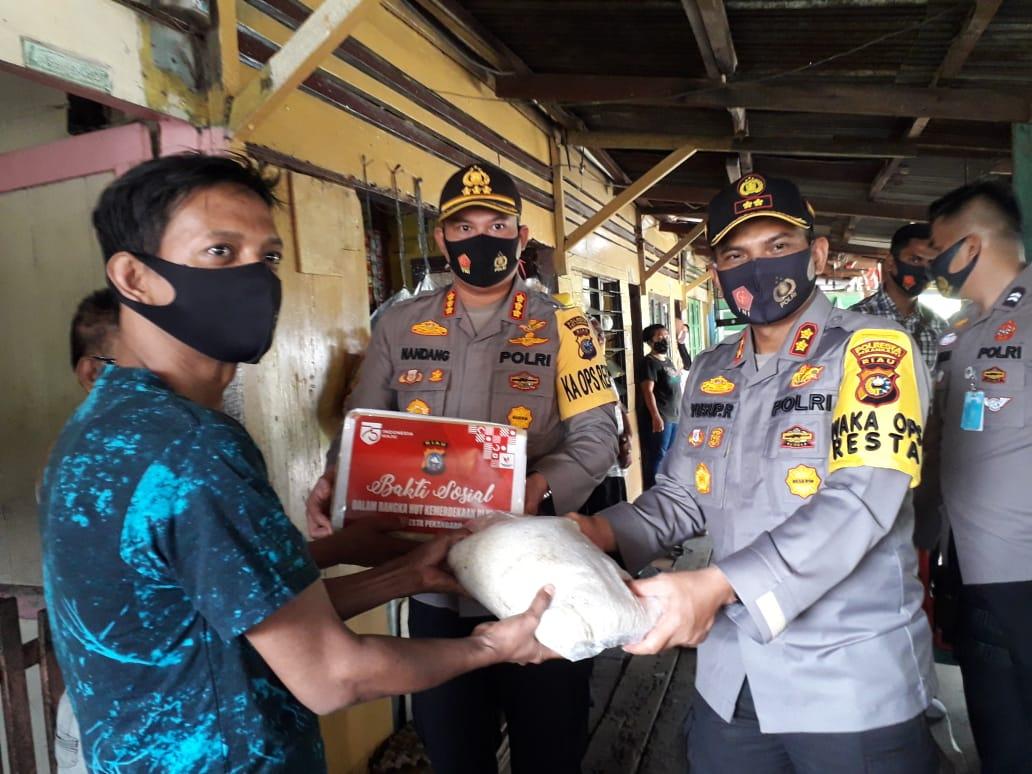 Peringati HUT Kemerdekaan RI ke-75, Kapolresta Pekanbaru bagikan sembako