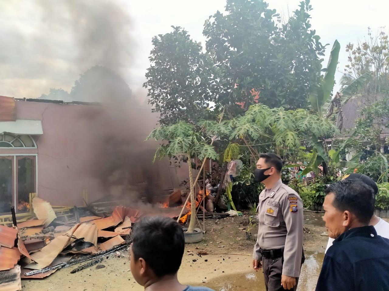Diduga Karena Hubungan Pendek Arus Listrik, 2 Rumah Permanen di Kampar Terbakar