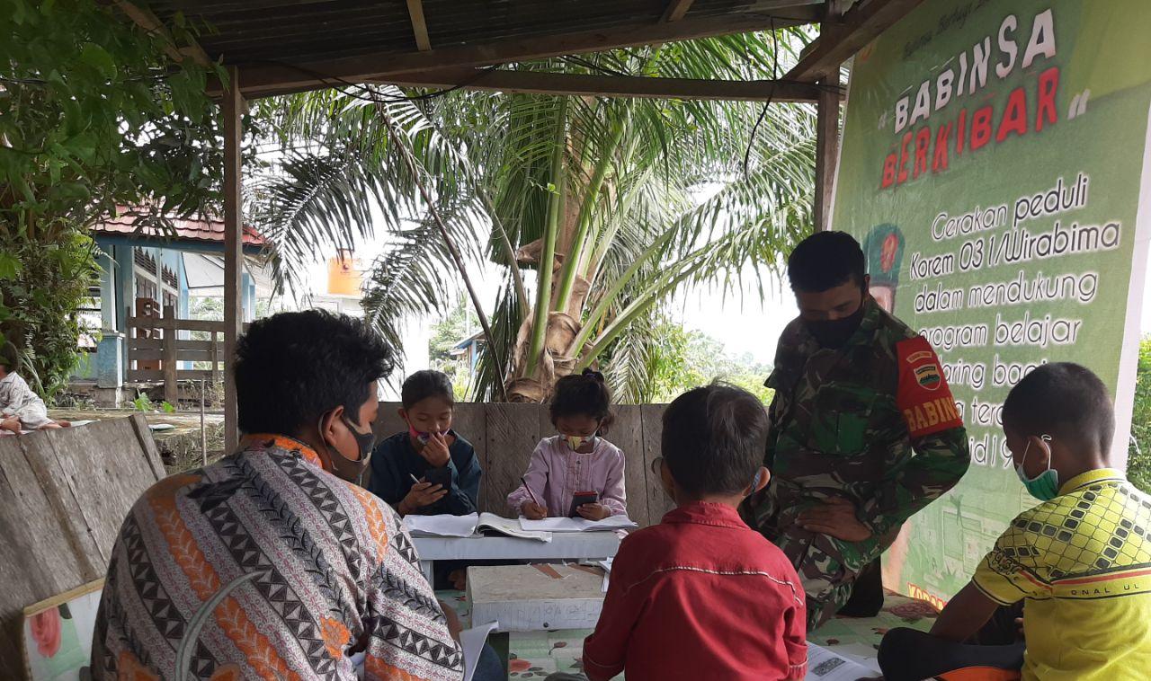 Babinsa Koramil 10/Kunto Darussalam Siapkan Fasilitas Internet Gratis Bagi Siswa Kurang Mampu
