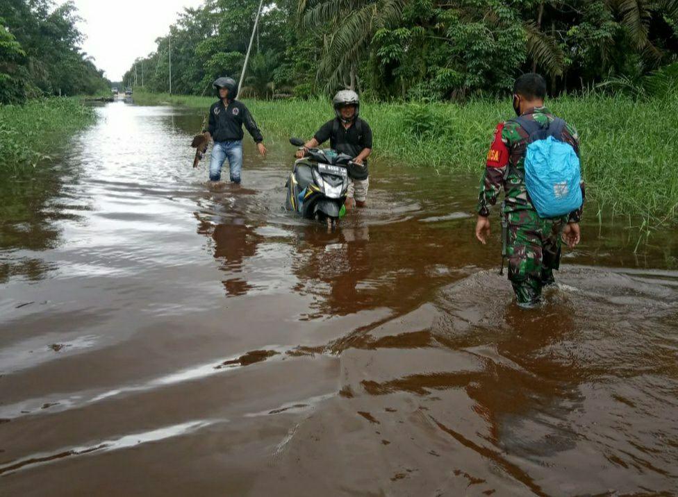 Sungai Kampar Mulai Meluap Babinsa Kodim 0313/KPR Koramil 09/Langgam Terus Pantau Kondisi Air