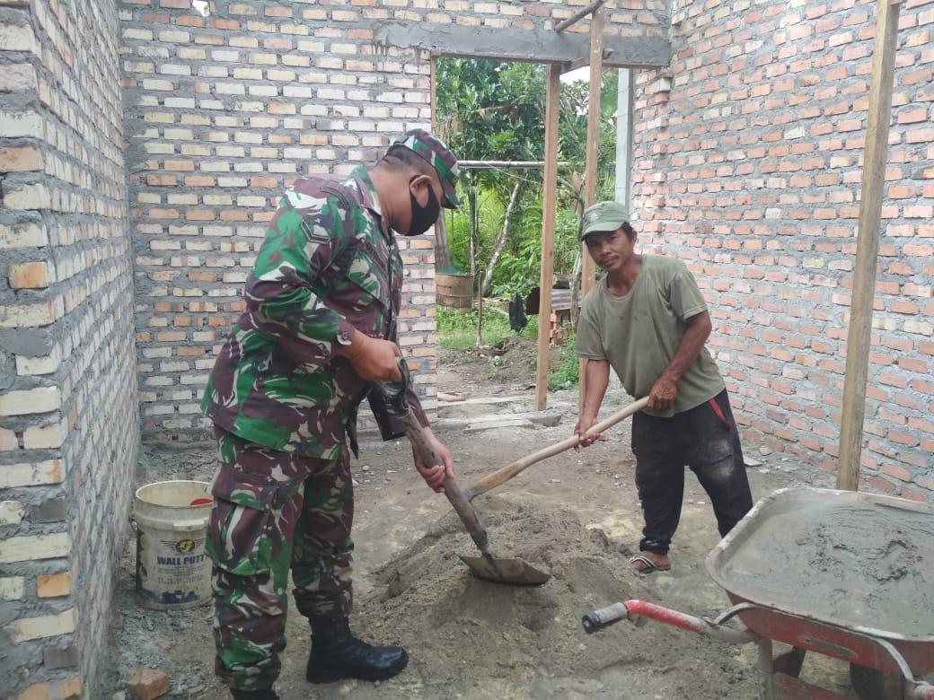 Kerja Nyata Serda Gede Budiarma Bantu Warga Pembuatan Rumah