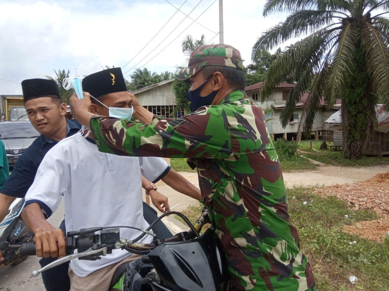 Lakukan Aksi Simpatik Babinsa Bersama Bhabinkamtibmas Turun Kejalan Himbau Prokes