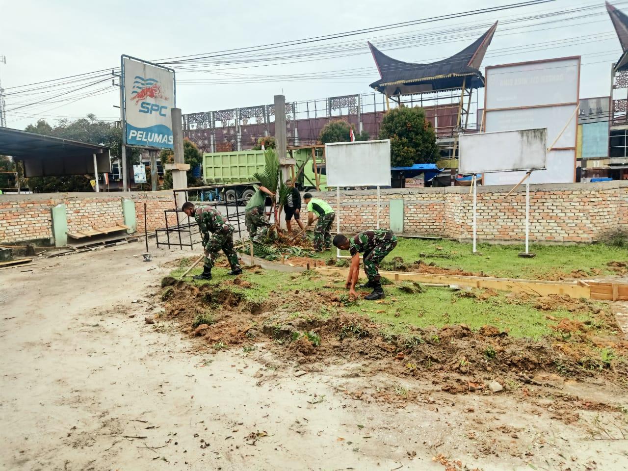 Anggota Koramil 07/Kampar Bersihkan Pangkalan Guna Terciptanya Lingkungan Kerja Yang Sehat