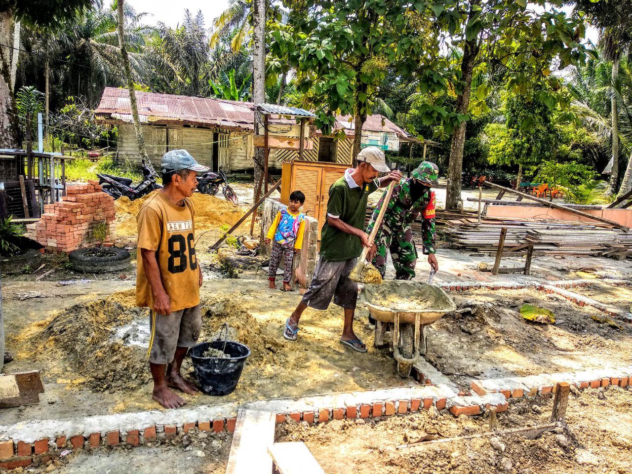 Atasi Kesulitan Warga Babinsa Koramil 09/Langgam Bantu Pembuatan Pondasi Rumah Warga Binaan