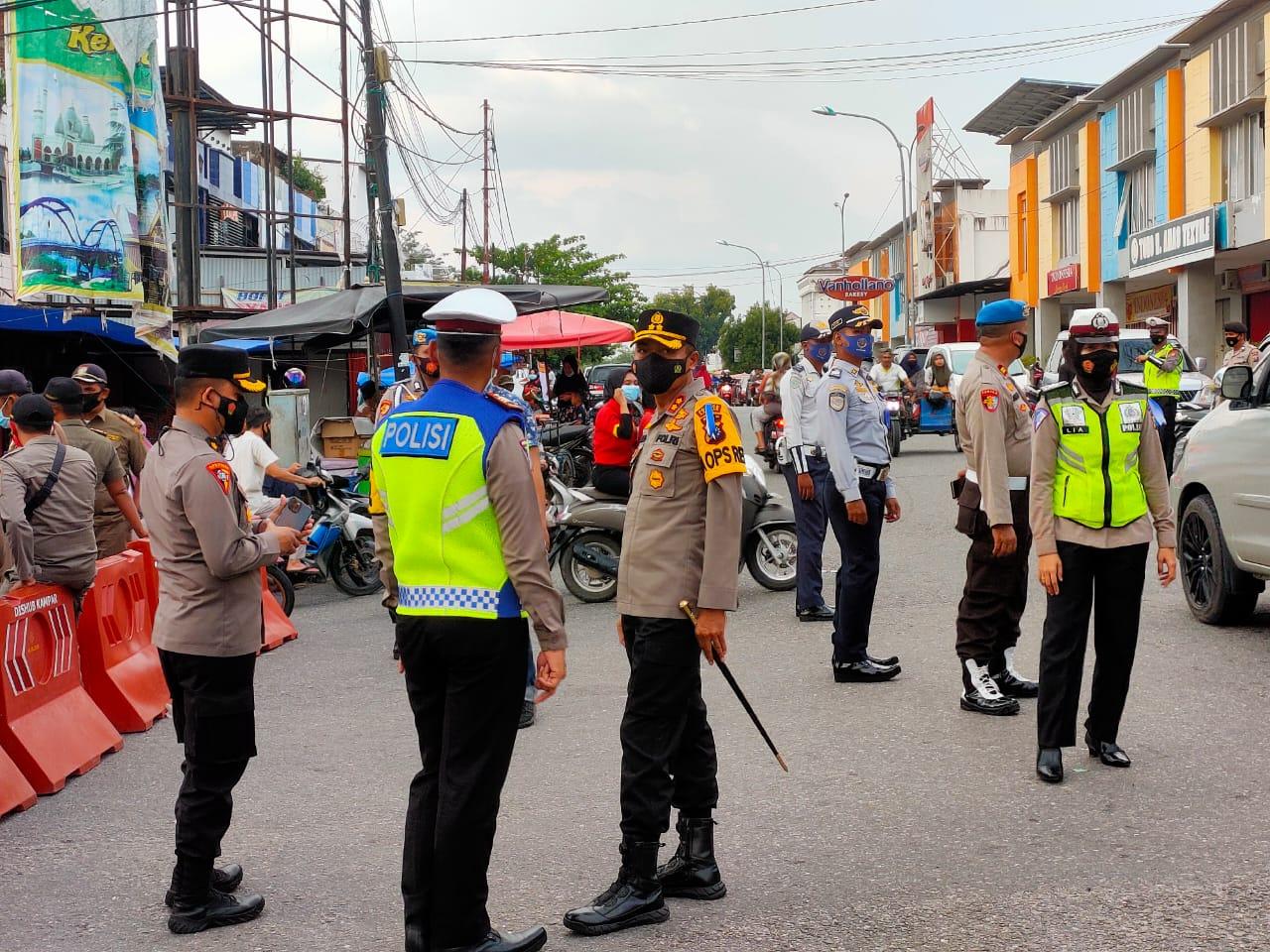 Kapolres Kampar Bersama PJU Bagi-bagi Takjil dan Masker untuk Masyarakat di Kota Bangkinang