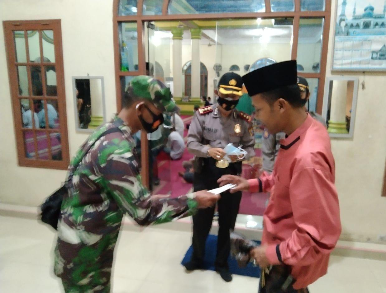 Babinsa Bersama Tim Gabungan Sosialisasikan Prokes Dan Bagikan Masker Di Mesjid