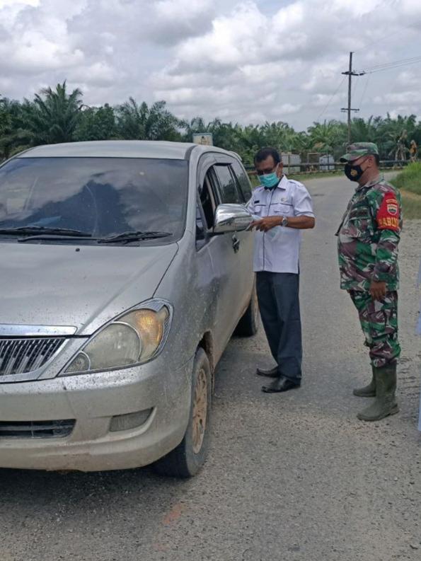 Himbau Prokes, TNI POLRI Bersama Dinas Kesehatan Bagi Masker Kepada Pengendara Dijalan