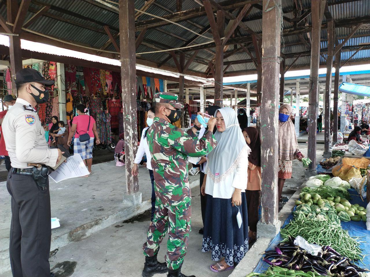 Babinsa Koramil 16/Tapung bersama Tim Gugus Covid 19 Bagikan Masker Gratis Kepada Pengunjung Pasar