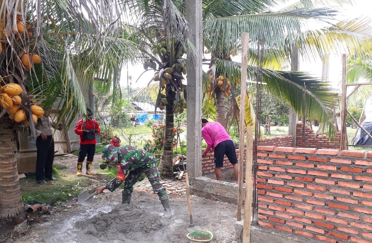 Babinsa Koramil 15/Kualu Kampar Bantu Masyarakat Binaa Pembuatan Rumah Layak Huni