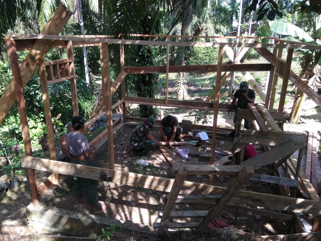Lewat Karya Bakti TNI Bantu Bedah Rumah, Bikin Si Pemilik Rumah Terharu