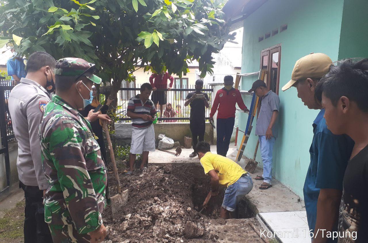 Babinsa Koramil 16/Tapung Bantu Evakuasi Penemuan Mayat Yang Dikubur Di Depan Rumah