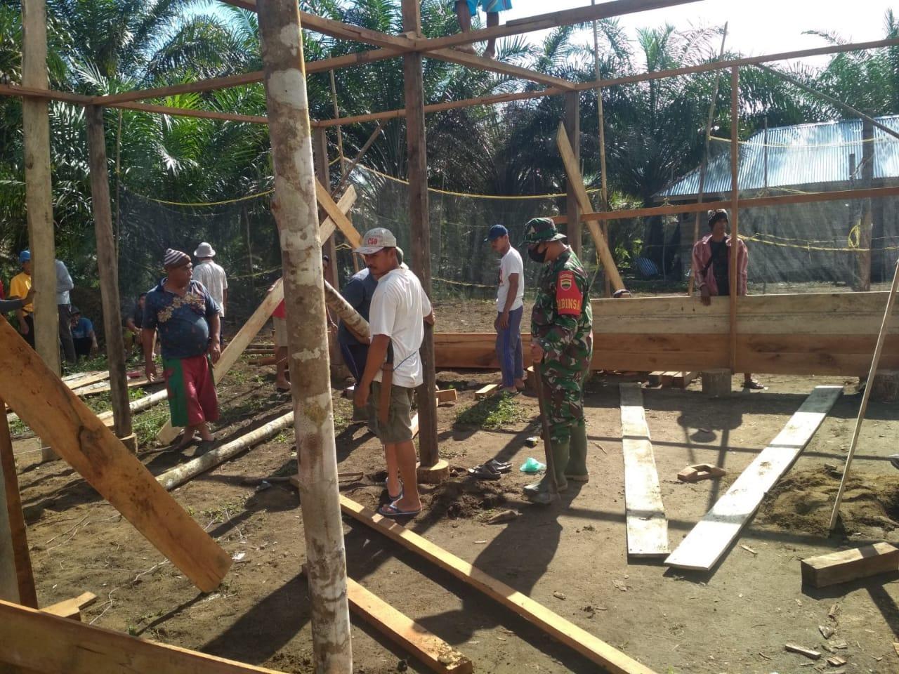 Babinsa Koramil 13/Rokan, Gotong Royong Membangun Rumah Warga Binaan