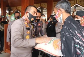Kapolda Banten Salurkan 1 Ton Beras ke Kampung Tangguh Nusantara di Pasar Kemis